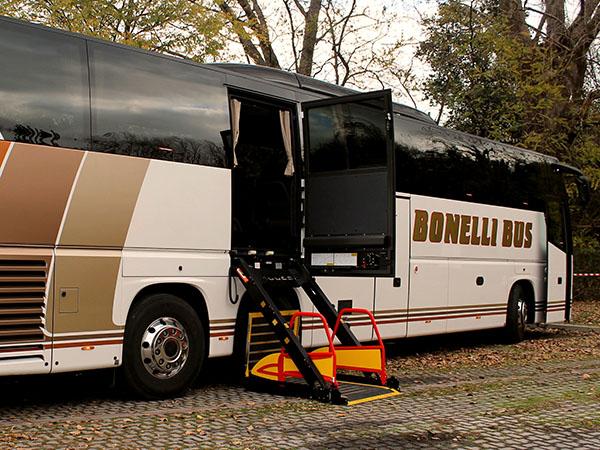 Alquiler de autobuses Gran Turismo con plataforma para discapacitados.